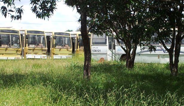 Dezenas de ônibus da Viplan e Lotaxi ocupam o interior de uma mansão do Park Way. Foto: Chico Sant'Anna
