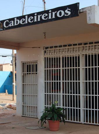 Em algumas do DF, as grades precisam estar fechadas diuturnamente. Cidadãolivre é quem fica atrás das grades, para a sua segurança; Foto: Chico Sant'Anna