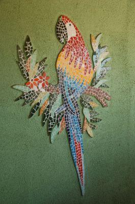 Uma arara multicolor, feita em mosaicos de azulejos, recebe o visitante. Foto: Chico Sant'Anna