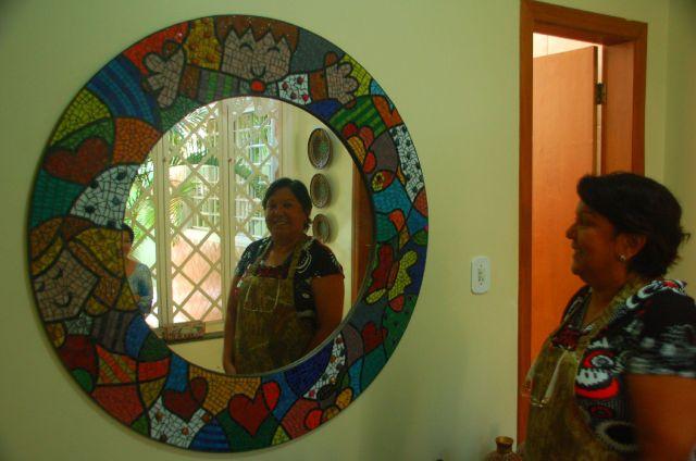 Professora de matemática, aposentada, Celeste trocou os bordados pelo mosaico. Foto: Chico Sant'Anna