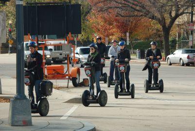 A patienete motorizada é um sistema de transporte muito popular entre estudantes, jovens e turistas. Foto: Chico Sant'Anna.