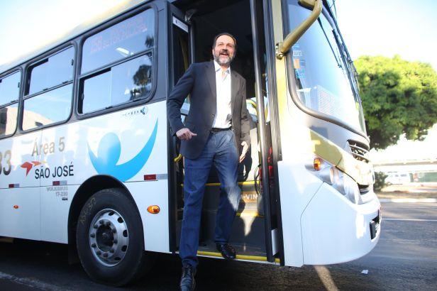 Os ônibus inaugurados por Agnelo não possuem piso rebaixado,não usam combustível alternativo e ainda operam com as desumanas catracas.Foto: Roberto Castro/GDF