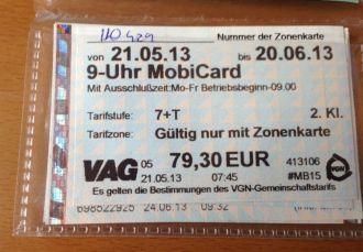 Na cidade alemã de Nuremberg,que conta com 700 mil habitantes, por R$ 7.93 diários, o passageiro pode fazer quantas viagens desejar dentro da cidade e no entorno, num raio de 45 km. E  ainda pode levar gratuitamente cinco amigos ou duas bicicletas. Considerando cinco amigos, o custo diário cai para R$ 1,60, per capita.
