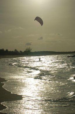 Perfildo turista estrangeiro aponta preferência pelas belezas tropicais do Brasil, Barra Grande- Piauí. Foto de Chico Sant'Anna