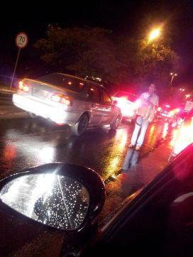 Os engarrafamentos em Brasíia sõa tão constantes que,mesmo debaixo de chuva, se tornaram atrativos ao comércio ambulante.