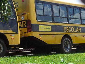 """O programa Caminho da Escola se propóe a renovar a frota de veículos escolares dos estados para garantir a segurança dos escolares, mas o GDF """"marcou bobeira"""". Foto de Chico Sant'Anna, pelo celular"""