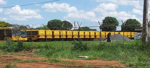 Uma centena de ônibus escolares repassados pelo governo federal aguarda no pátio da TCB o momentode entrar em operação. Foto de Chico Sant'Anna, pelo celular.