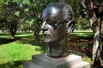 Bustos de figuras históricas da praça dos Próceres estão abandonados e vandalizados. Salvador Allende, ex-presidente do Chile, teve a armação dos óculos, e, bronze, vandalizada.