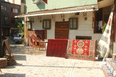 o distrito de Sultanahmet, em Istambul, que foi a capital dos antigos Impérios Otomano e Bizantino, guarda até hoje, aos pés das milenares muralhas, as casas de madeira que abrigaram soldados ingleses na virada do século XIX para o XX. Hoje essas casas abrigam refinados restaurantes e galerias de artes.