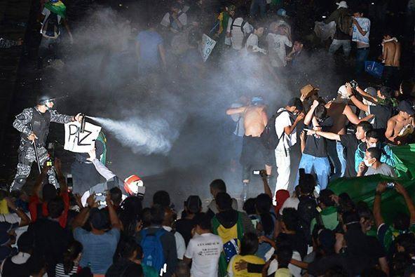 Foto do dia -spray da paz de Fábio Pozzebon