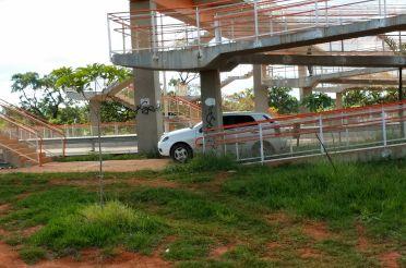 Carro estacionado na passarela