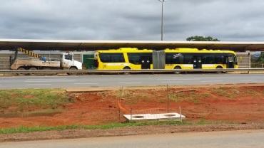 Fechadas e sem qualquer utilidade para os moradores do Park Way, algumas estações do BRT servem como oficina mecânica.