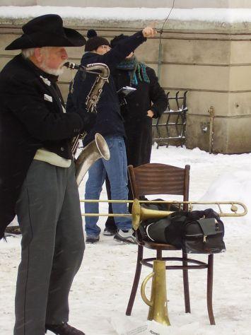 Músico com sax na neve Praga