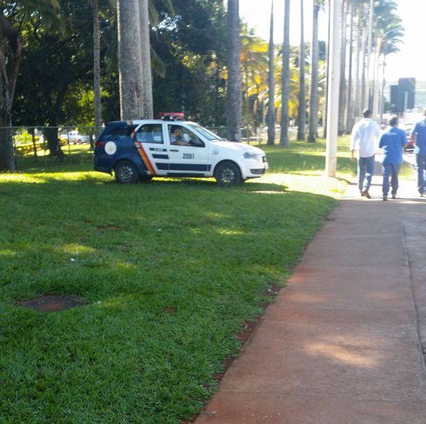Viatura de Policia na Grama