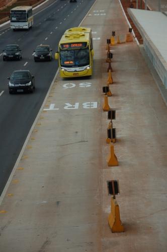 Estações do BRT-Sul na via EPIA estão fechadas há mais de dois anos. Foto de Chico Sant'Anna