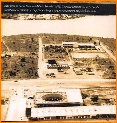 Obras de construção do Centro Comercial Gilberto Salomão e Igreja Nossa Senhora do Petpétuo Socorro, no Lago Sul, em 1963. Ao fundo, onde hoje está sendo erguido o Deck Sul, um dos acampamentos que a construtora Kosmos Engenharia possuiu em Brasília.