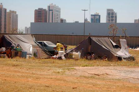Na atualidade candanga, moradores sem teto convivem com a mais nova cidade do DF: Águas Claras. Foto de Chico Sant'Anna